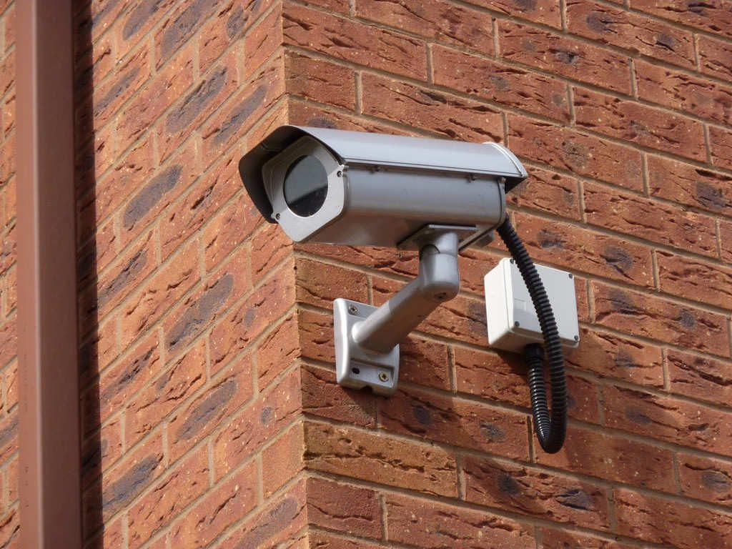 Descubre lo último en sistemas de vigilancia para el hogar. Instala cámaras de seguridad y mantén protegidos todos los espacios de tu casa.